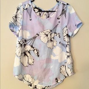 Floral rolled sleeve top!